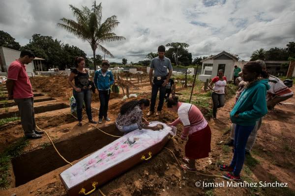 Funeral digno de una mujer evangélica gracias a la funeraria diocesana de la Iglesia Católica en Juina (Brasil).