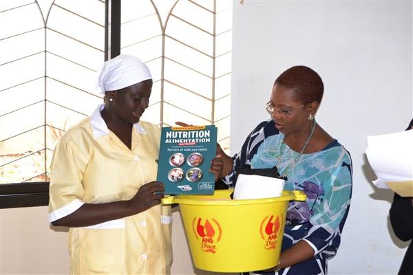Koumba Doumbo, diplômée Aide-soignante et Mme Manouan