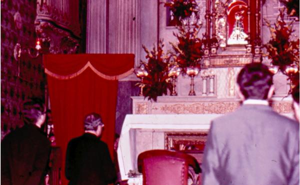 São Josemaria visita o Santuário de Nossa Senhora Aparecida, durante sua passagem pelo Brasil, no ano de 1974.