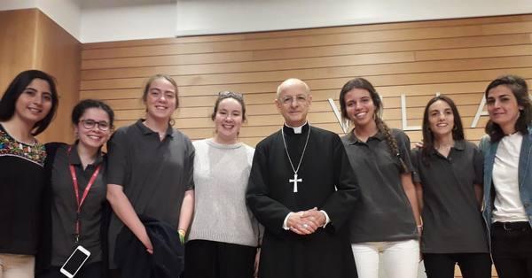 Voluntárias da beatificação de Guadalupe, com o prelado do Opus Dei