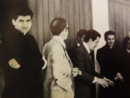 Unos momentos antes de la tertulia, se puede ver en primer plano a Mons. Fernando Monaj Abadía, y en la parte posterior a Mons. Juan Larrea Holguín, junto con otros fieles de la Prelatura.
