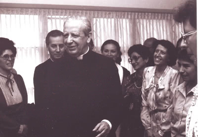A pesar de su apretado horario, a su llegada a Medellín quiso sacar unos momentos para estar con mujeres de la Prelatura en La Cuesta, uno de los Centros de Medellín