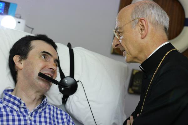 Mons. Fernando Ocáriz è rimasto qualche minuto con Joaquín, che soffre di sclerosi multipla.