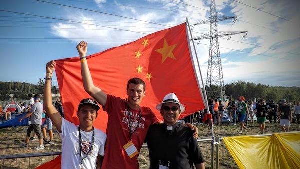 Après la messe d'envoi, Rafael et Théophane avec un prêtre chinois