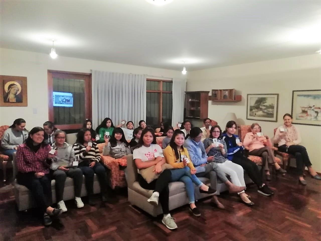 Viendo la ceremonia en la sala de estar de Ribalera