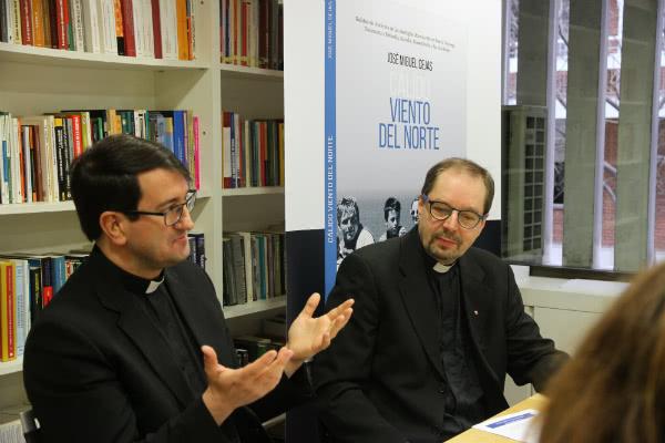 Mons. Raimo Goyarrola y el Rvdo. Juhani Holma, durante el encuentro con periodistas en la Oficina de información del Opus Dei en Madrid. Fotos de Álvaro García Fuentes.