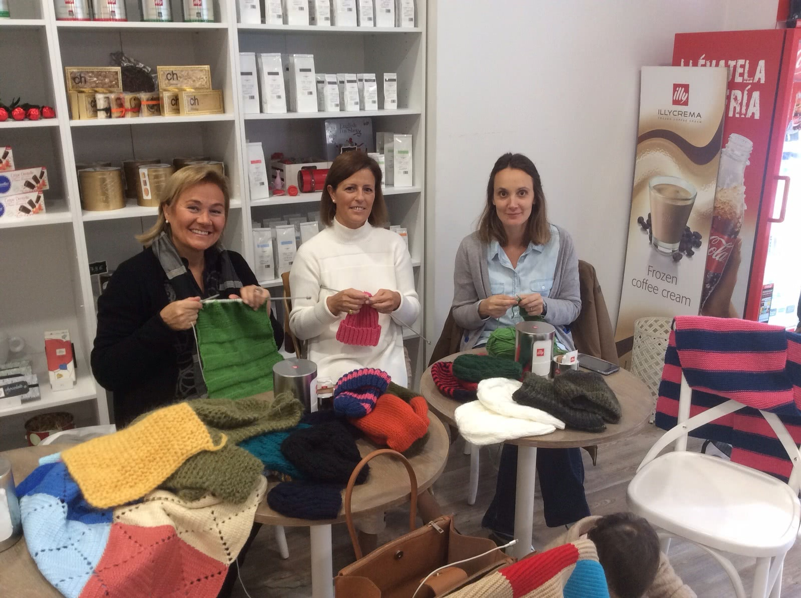 Katu Martínez-Iturbe (izda.), junto a dos amigas, en el taller de costura.