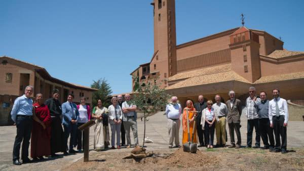 Los participantes plantaron un olivo en el Santuario de Torreciudad, como un símbolo natural del compromiso de las diversas tradiciones religiosas y de la comunidad científica en la conservación del medioambiente.