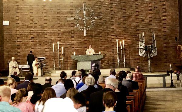 Weihbischof Dr. Matthias Heinrich verwies in Berlin auf die Wunden Christi, die auch ein Merkmal des Christen in der Nachfolge sein können. (Foto:E.G.)