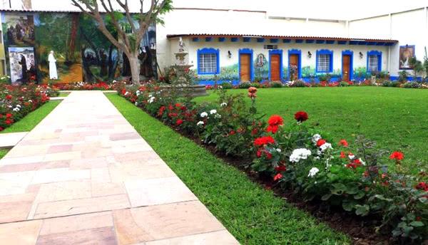Jardín de la sede eclesiástica de Trujillo, donde se han pintado óleos y un mural que representa la vida de San Francisco.