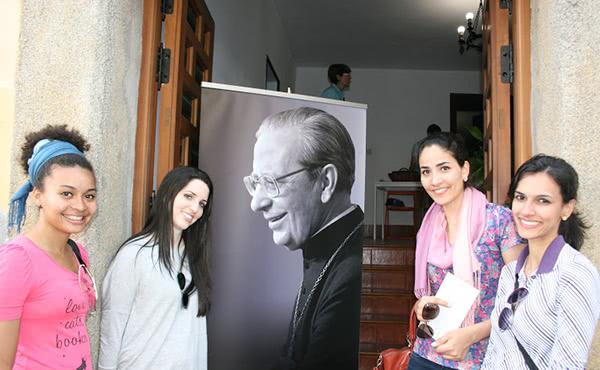 Ana Flávia e Ana Priscila com o grupo do Brasil visitando a Igreja do Patronato de Santa Isabel