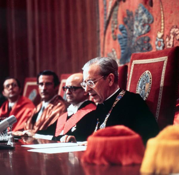 El beato Álvaro del Portillo durante un acto académico en la Universidad de Navarra.