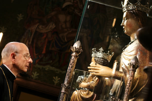 In the afternoon, Monsignor Fernando Ocáriz went to pray before Our Lady of Mercy, patroness of Barcelona.