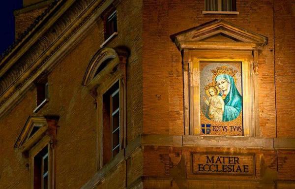 El mosaico (inspirado en la Madonna della colonna que procedía de la basílica constantiniana) fue colocado el 7 de diciembre de 1981.