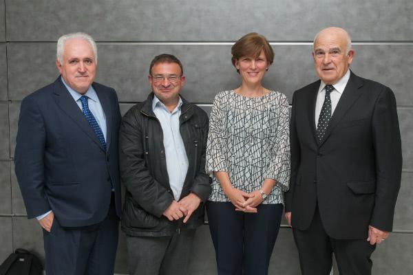 """Los ponentes y el moderador del diálogo """"Huellas del trabajo"""", en la Universidad de Navarra. Foto: Manuel Castells."""