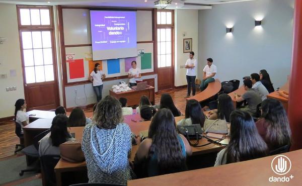 """Una de las sesiones con voluntarios de """"Dando+""""."""
