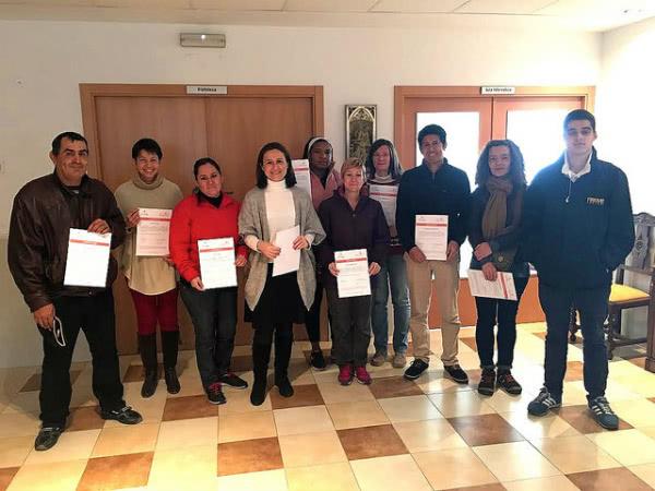 """14 usuarios del """"Centro Social Parroquia San Josemaría"""" recibieron en febrero los certificados de """"Manipulador de alimentos"""". Foto: Parroquia de San Josemaría."""