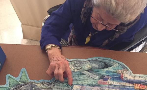 Victoria haciendo un puzzle.