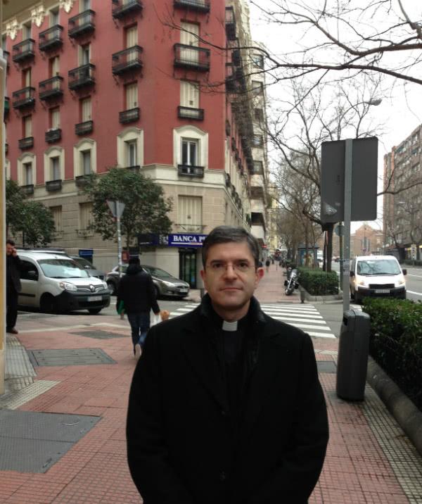 El historiador José González Gullón delante del edificio en el que estuvo la Academia y Residencia DYA.