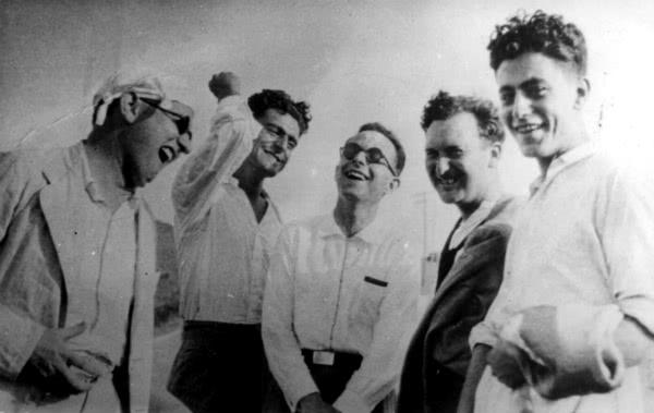 Isidoro Zorzano (centro de la imagen, con gafas).