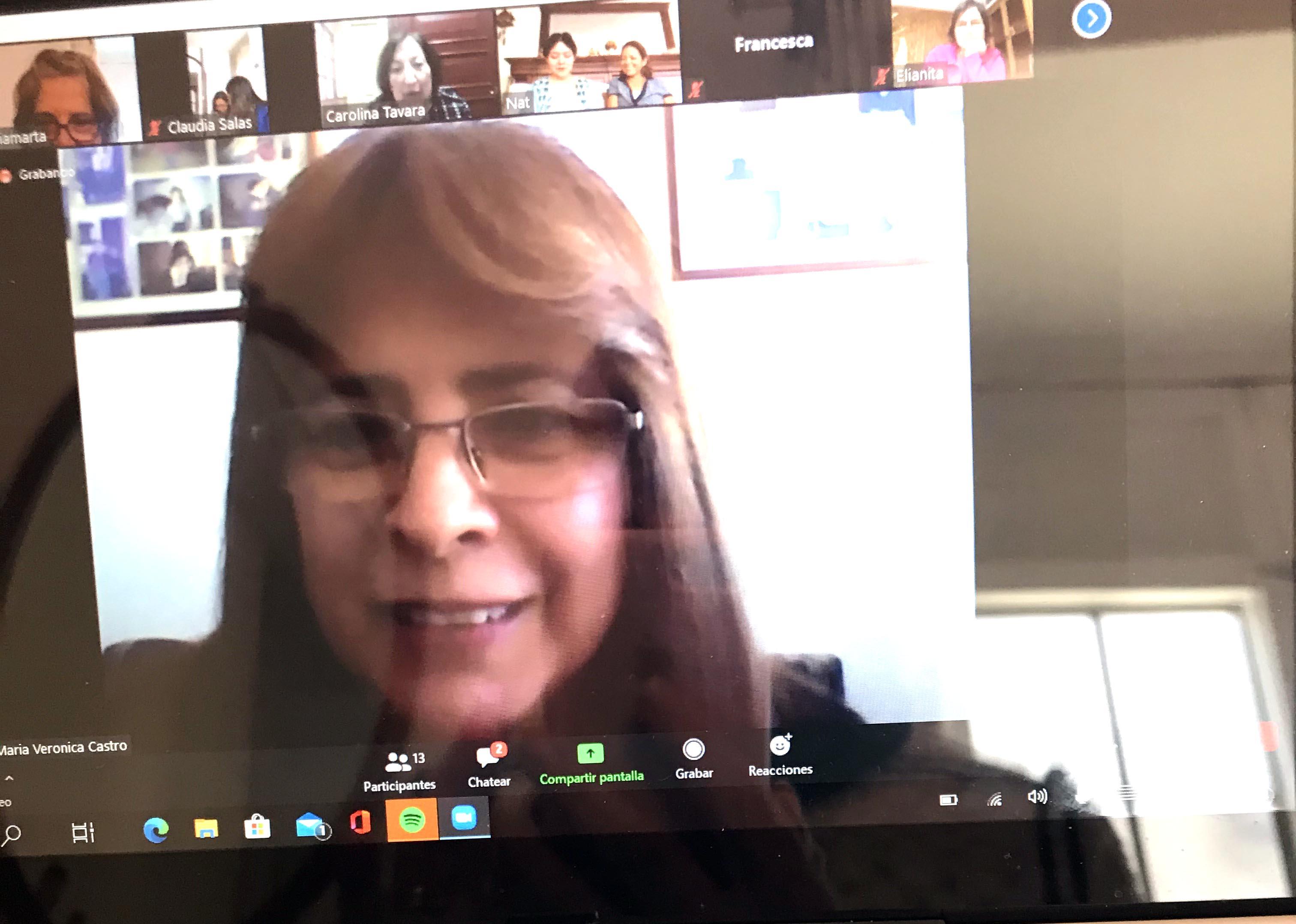 Verónica, colaboradora en el club Fogaril, en una de las reuniones de capacitación.