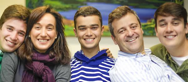 Pedro al centro, sus padres Esperanza y Pedro y sus hermanos Carlos y Javier.