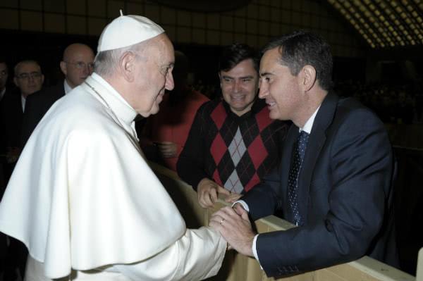 El Papa saluda al autor del reportaje.