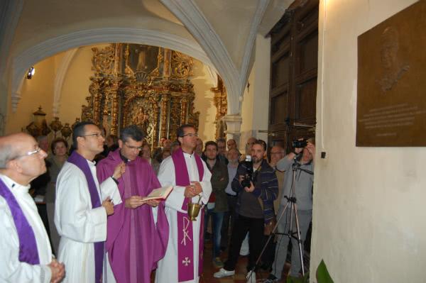 Pablo Lacorte, Vicario de la Delegación del Opus Dei en Zaragoza, y el párroco de Perdiguera, D. Héctor Castaño, durante la bendición de la imagen del fundador del Opus Dei.