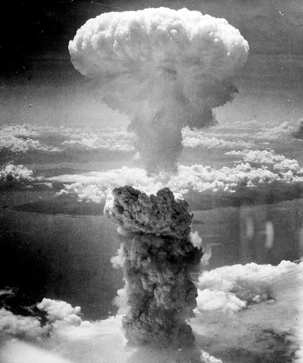 A grande nuvem em forma de cogumelo depois de a bomba ter caído em Nagasaki. agosto de 1945