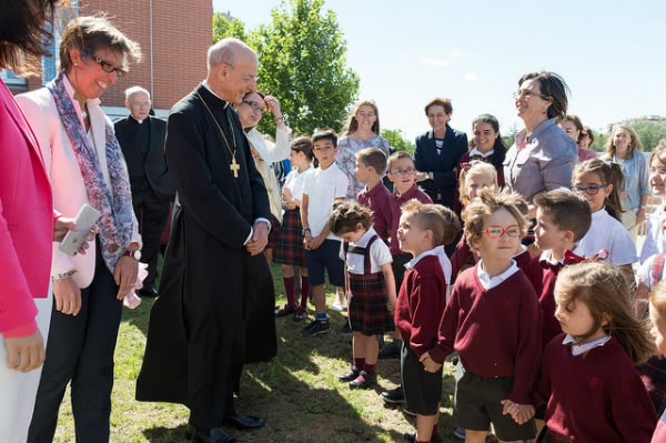 In his first day in Madrid, the prelate of Opus Dei visited Fuenllana and Andel schools, to the south of Madrid.
