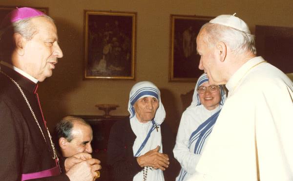 教宗聖若望保祿二世偕同加爾各答的聖德籣修女以及真福歐華路主教。攝於1985年6月1日。