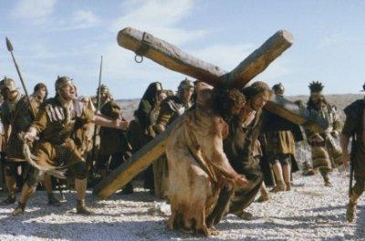 """Simon aide Jésus à porter la Croix, dans le film de Mel Gibson """"La Passion"""""""