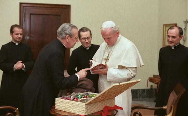Le 6 décembre 1978, à l'occasion de la Saint-Nicolas, mgr Del Portillo, qui connaissait cette coutume polonaise, offre un cadeau au pape, sous le regard de mgr Stanislaw Dziwisz, mgr Xavier Echevarría et de mgr Joaquín Alonso.