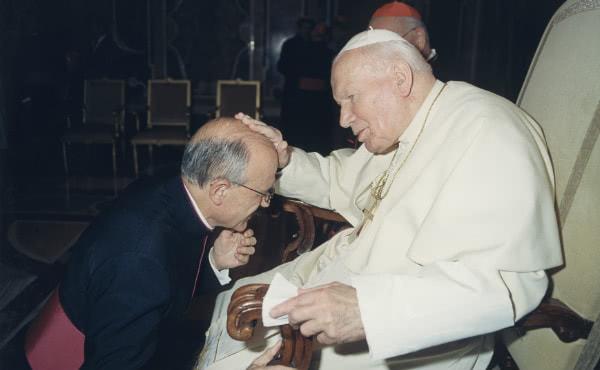 Durante um encontro em 2001, São João Paulo II cumprimenta D. Joaquín Alonso, enquanto brinca com ele a propósito da sua calvície.