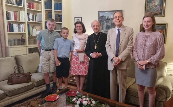 El último día de su estancia en París, el prelado recibió a diversas familias.