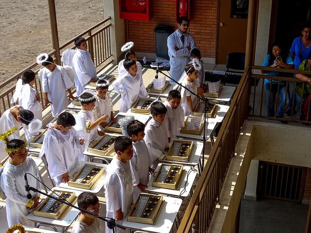 Los alumnos del colegio Puente Maipo, interpretando un villancico.