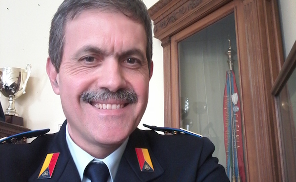 Riccardo è Ispettore Capo di Polizia municipale, ma preferisce essere considerato come un semplice vigile urbano