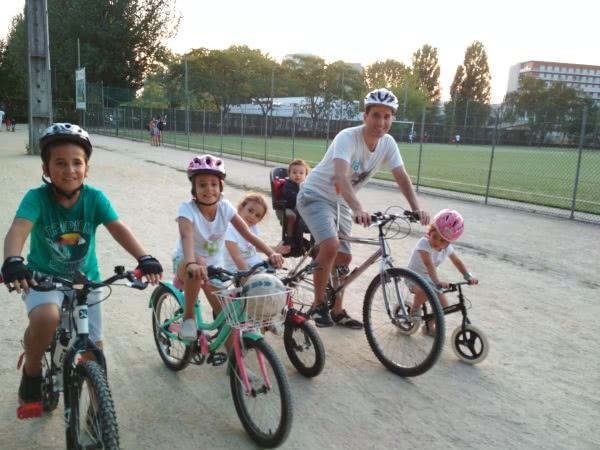Luis a andar de bicicleta com os filhos