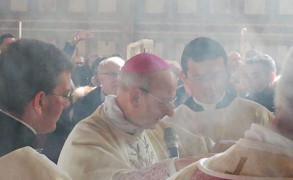Mons. Fernando Ocaríz, prelato dell'Opus Dei, durante la benedizione della statua di san Josemaría.