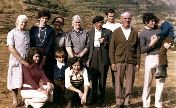 Dora con sus hermanos y sobrinos en Boca de Huérgano, 1975