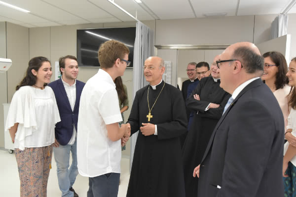 Monsignor Fernando Ocáriz visits the new facilities for the dental clinic at the Universitat Internacional de Catalunya.