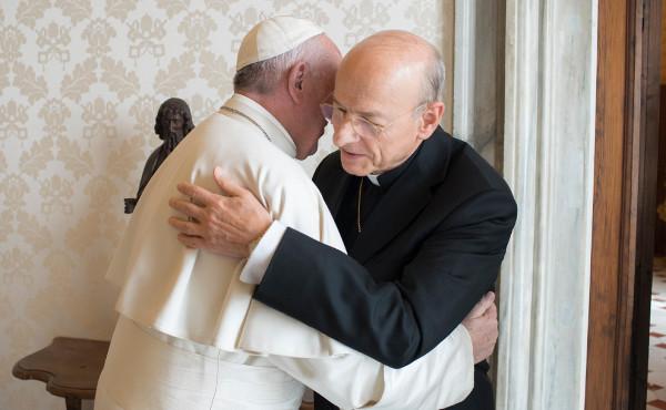 Il prelato dell'Opus Dei abbraccia il Santo Padre nella prima udienza dopo la sua nomina.
