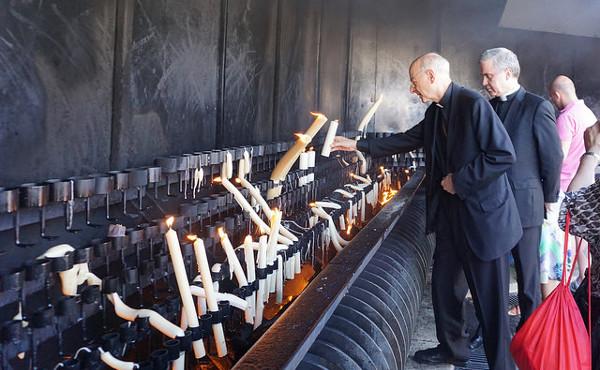 Il prelato dell'Opus Dei ha acceso tre candele alla Madonna di Fatima.