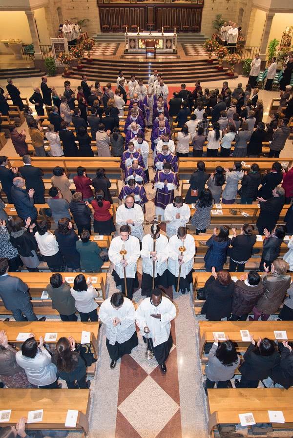 """""""Os pido que sigáis rezando por ellos y por todos los ministros sagrados, desde el Papa hasta el último diácono recién ordenado"""". Foto: Opus Dei (Information Office)"""