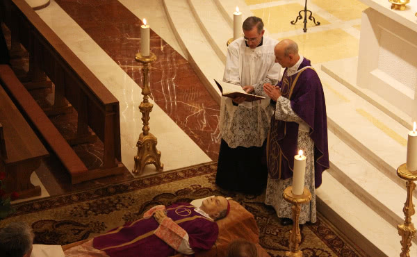 Mons. Fernando Ocáriz prega un respons per l'ànima del Prelat.