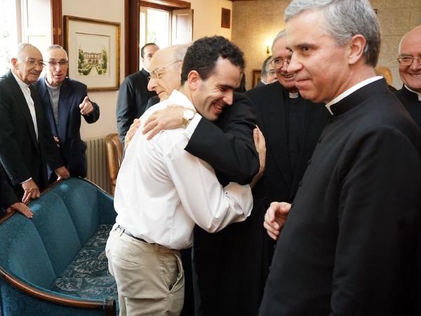 El Padre Tiago saluda al prelado del Opus Dei en una reunión en V. N. Gaia