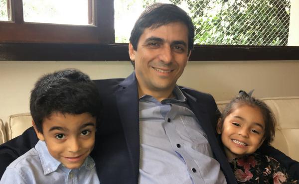 Adriano com seus dois filhos.