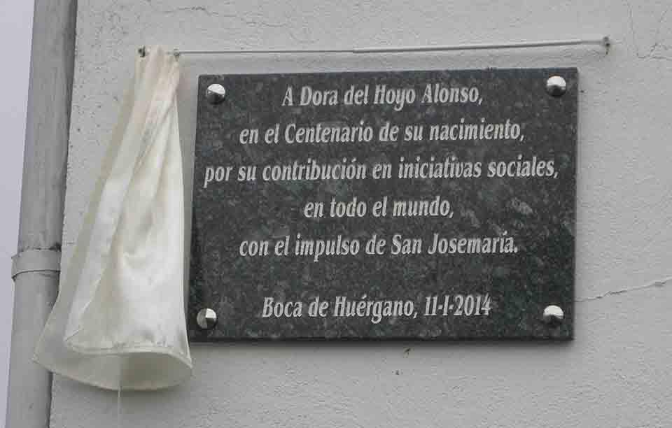 """""""A Dora Del Hoyo Alonso, no Centenário do seu nascimento, pela sua contribuição em iniciativas sociais em todo o mundo, com o impulso de São Josemaria. Boca de Huérgano, 11 de janeiro de 2014"""