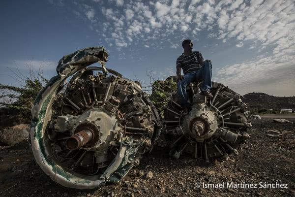 Un hombre descansa sobre unos motores radiales en el aeropuerto de Lodwar (Kenia)