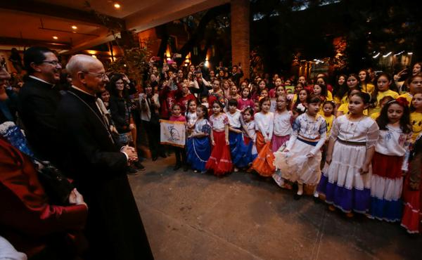 """Des petites filles de plusieurs clubs juvéniles, caractérisés par des jupes folkloriques de différentes couleurs. Elles ont chanté """"Un seul chant"""""""